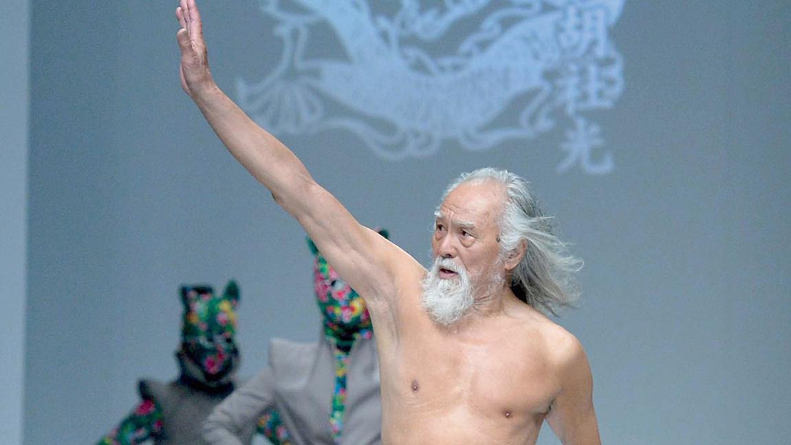 ८४ वर्षे 'हट हजुरबा', जो अझै युवतीसँगै र्याम्पमा हिँड्छन्
