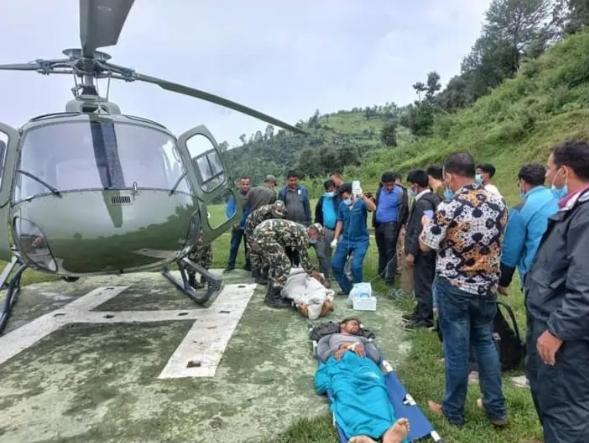 करिडाेरमा जिप दुर्घटनाका घाइतेलाई हेलिकप्टर मार्फत उद्वार